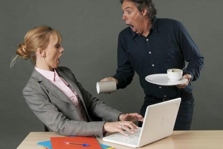 renverse le café sur sa chef banque image